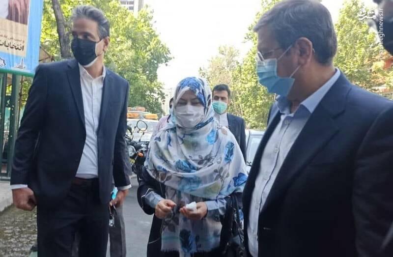 حضور عبدالناصر همتی و همسرش سپیده شبستری در شعبه حسینیه ارشاد