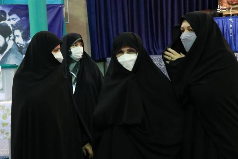 حضور زهرا مصطفوی دختر امام خمینی (ره) در حسینه جماران جهت شرکت در انتخابات