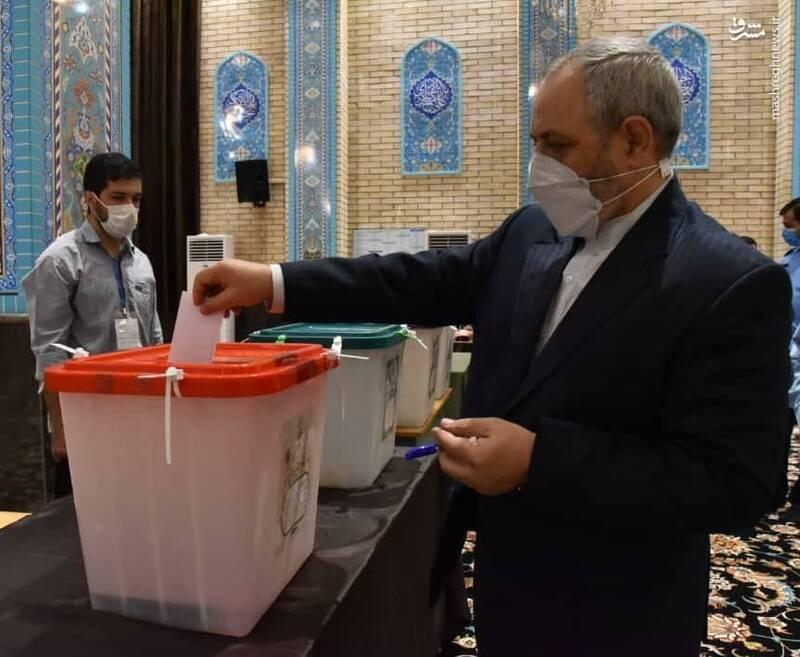 تصویری از لحظه رای دادن  امیر سرتیپ نصیرزاده