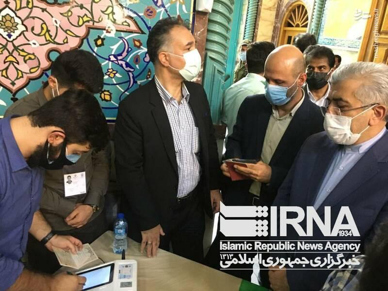 حضور رضا اردکانیان وزیر نیرو در حسینیه جماران برای مشارکت در انتخابات