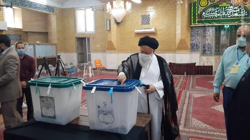 سید احمد علمالهدی امام نماینده ولی فقیه در خراسان رضوی رای خود را در صندوق انداخت.