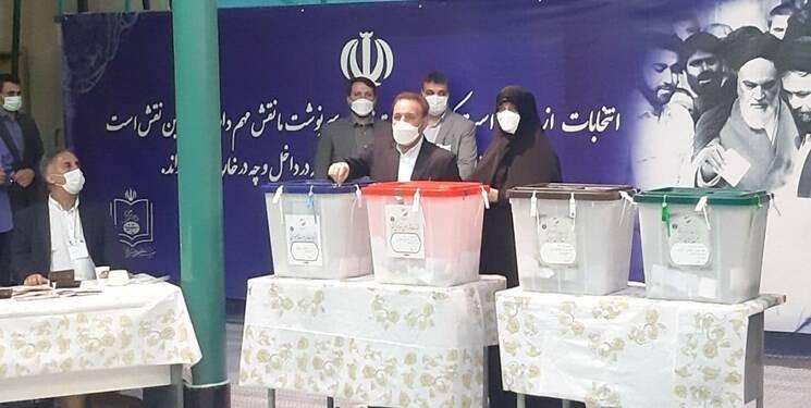واعظی رای خود را به صندوق انداخت +عکس