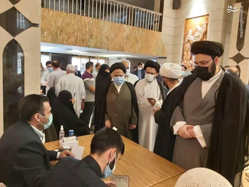 حضور سیدعلی خمینی نوه حضرت امام خمینی در شعبه رای گیری سرکنسولگری جمهوری اسلامی ایران در نجف اشرف