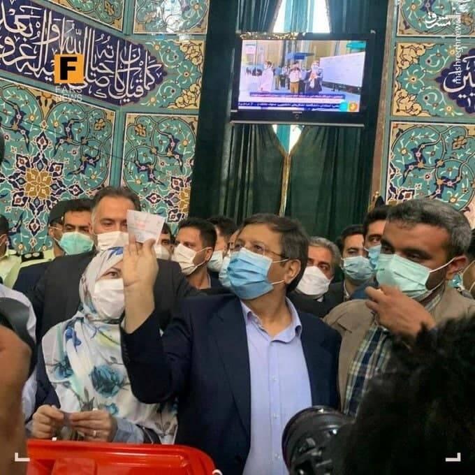 نگاه عجیب همسر همتی به رای او+ عکس