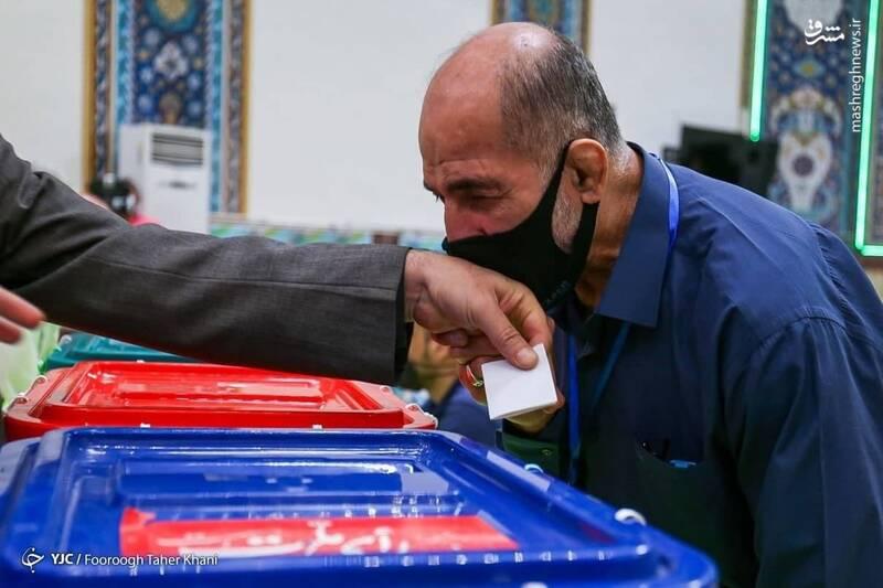 ادای احترام ناظر صندوق رای به یک جانباز نابینا+ عکس