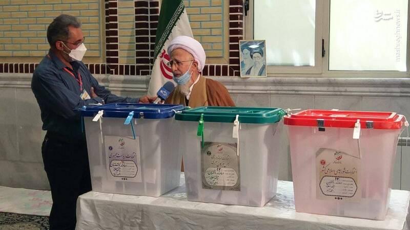 آیت الله جوادی آملی در محله احمدآباد شهر دماوند رای خود را به صندوق انداخت