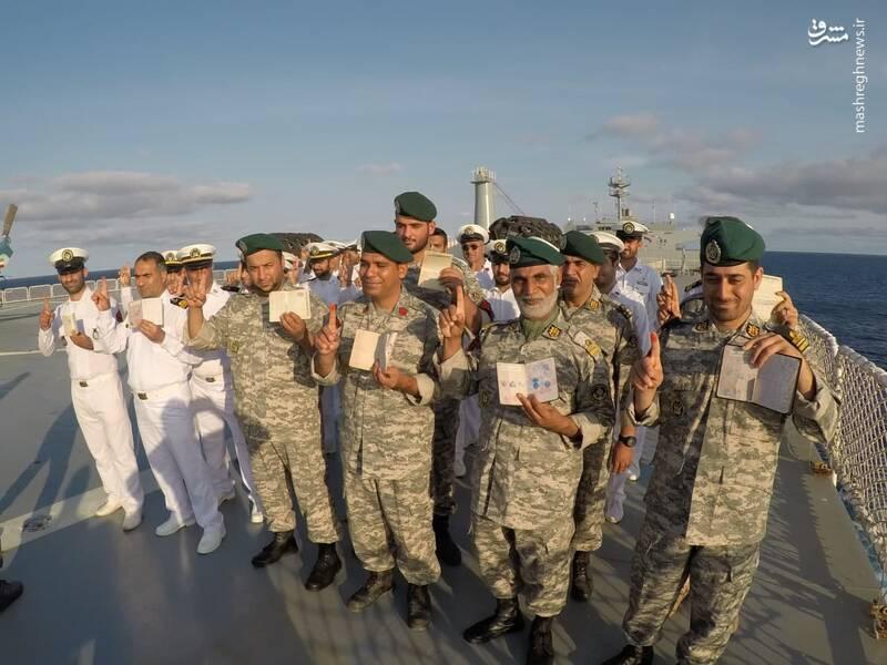 عکس/ صندوق شناور انتخابات در اقیانوس اطلس