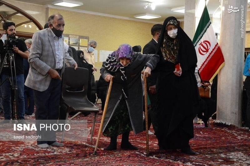 عکس/ بانوی 95 ساله در پای صندوق رای