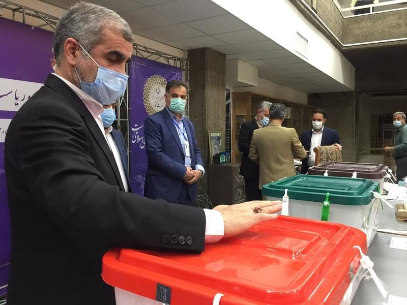 نیکزاد رای خود را به صندوق انداخت