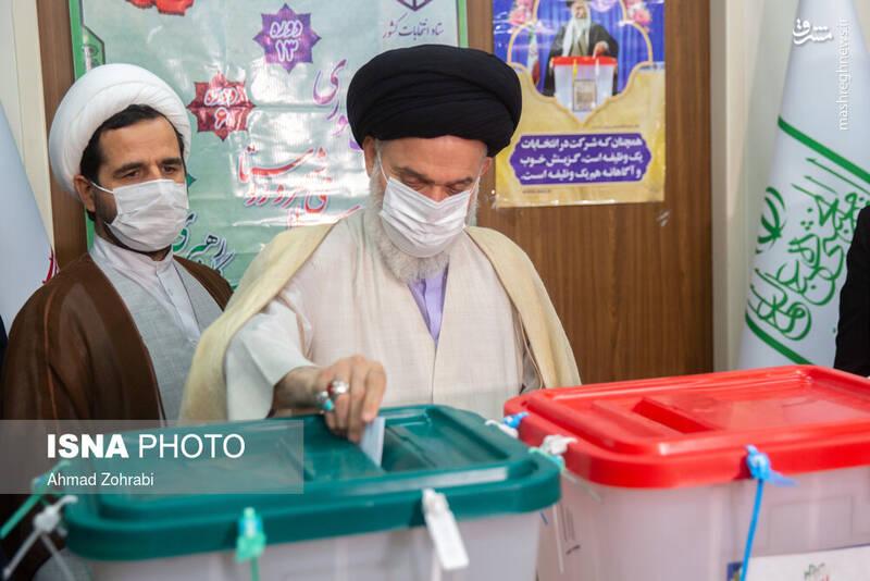حضور آیت الله حسینی بوشهری رییس جامعه مدرسین حوزه علمیه قم در انتخابات 1400 - قم