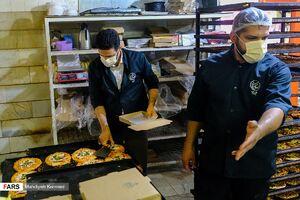 عکس/ توزیع پیتزا میان خانوادههای نیازمند