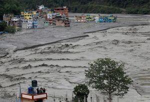 دفن خانههای نپال در گل و لای سیلاب