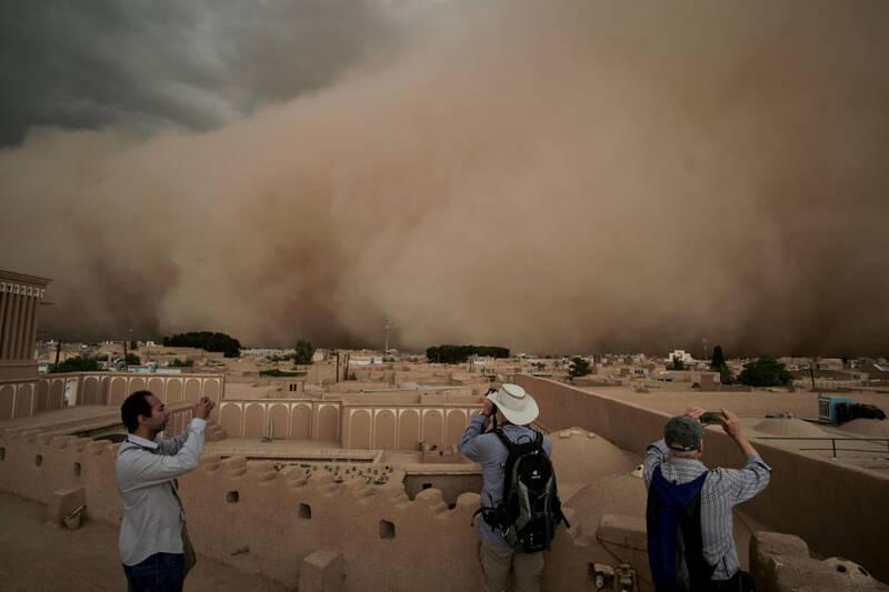 وضعیت خیابانهای کویت بعد از طوفان شن+ فیلم
