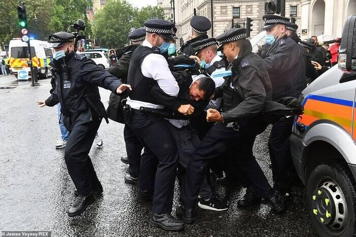 درگیری پلیس با معترضان به محدودیتهای کرونایی در لندن