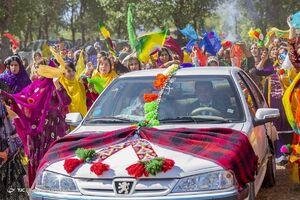 عکس/ تزئین ماشین عروس در مراسم قوم بختیاری