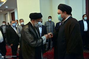 عکس/ دست دادن خاص رئیسی و سید حسن خمینی
