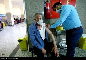 عکس/ تزریق دوز دوم واکسن کرونا به سالمندان همدان