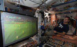 عکس/ تماشای فوتبال در ایستگاه بینالمللی فضایی