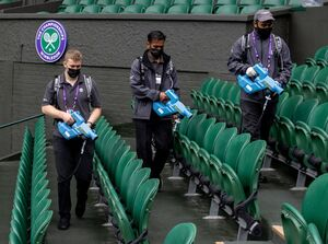 عکس/ ضدعفونی صندلیهای ورزشگاه