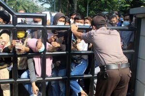ازدحام جمعیت در خارج از یک مرکز واکسیناسیون