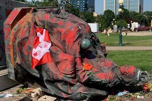 معترضان کانادایی مجسمه ملکه فعلی و پیشین انگلیس را سرنگون کردند - کراپشده
