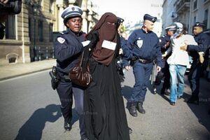 برخوردهای روزانه غربی ها با زنان مسلمان+ فیلم