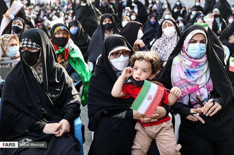 حضور خانواده شهید ابراهیم هادی در جشن عروسی دختران انقلاب در میدان امام حسین(ع)