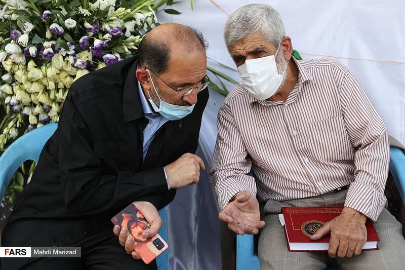 حضور پدر شهیدان احمدی روشن و حدادیان در مراسم جشن عروسی دختران انقلاب در میدان امام حسین(ع)
