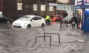 بحران مترو لندن بعد از بارندگی!+ فیلم