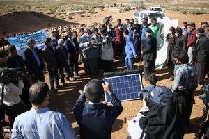 عکس/ توزیع پنلهای خورشیدی در میان عشایر