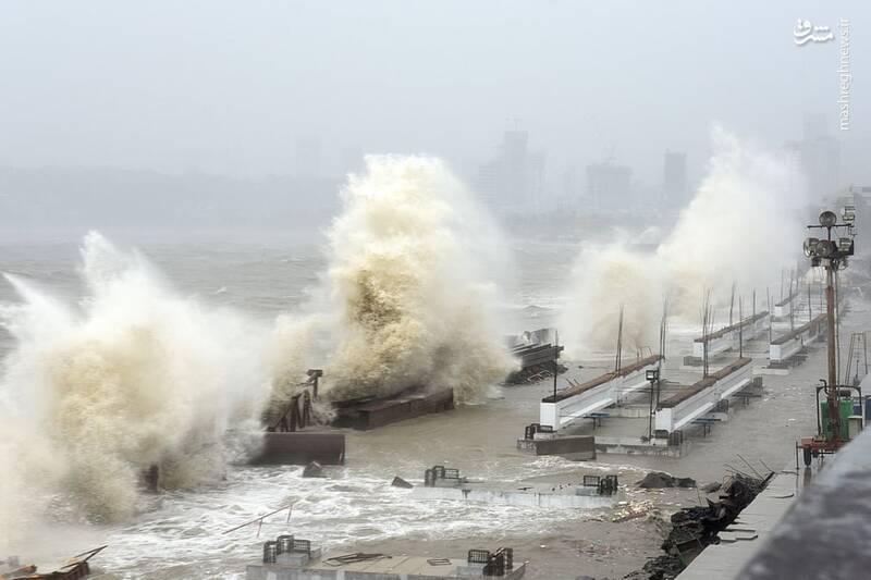 امواج پرقدرت در ساحل بمبئی هند