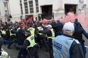 پلیس لندن در حال نوازش مردم معترض+ فیلم