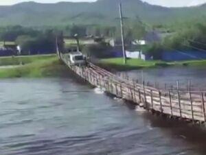 فیلم/ بیاحتیاطی راننده کامیون و تخریب پل معلق
