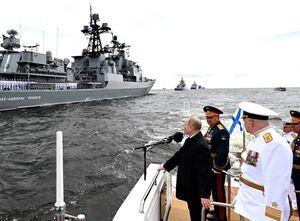 فیلم/ پوتین در مراسم رژه ناوگان دریایی روسیه