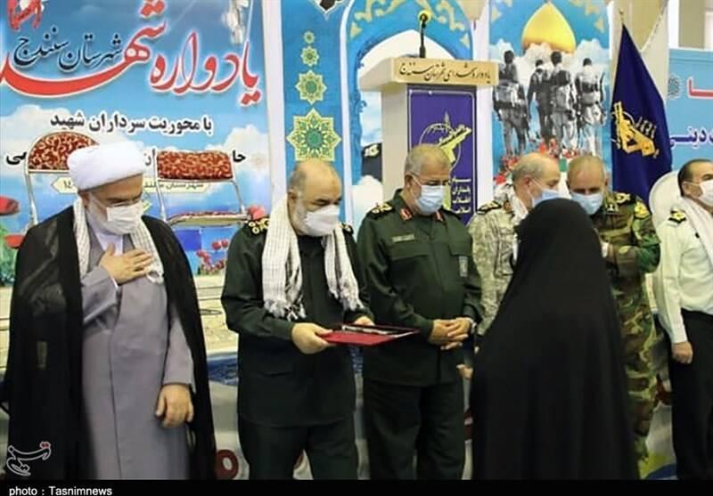 فرمانده کل سپاه از خانواده شهدای کردستان تجلیل کرد +عکس