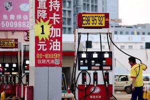 فیلم/ ربات بنزین زن در چین