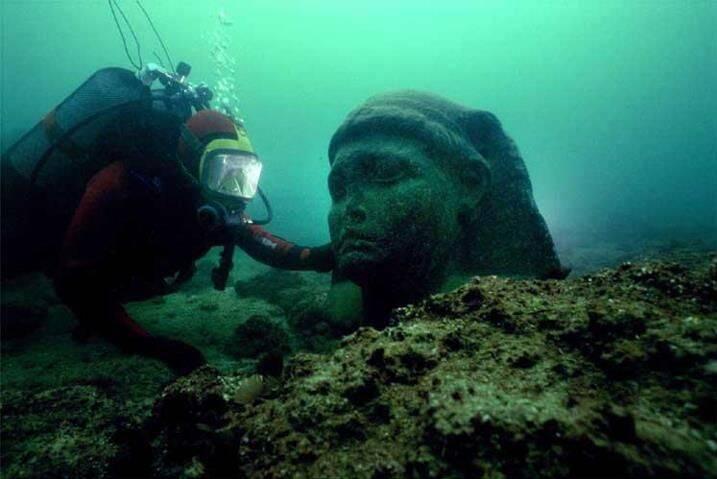 یک آرامگاه باستانی ۲۴۰۰ ساله در زیر آب +عکس