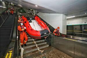 """ورود با قایق به مترو سیلزده شهر """"ژنگژو"""""""
