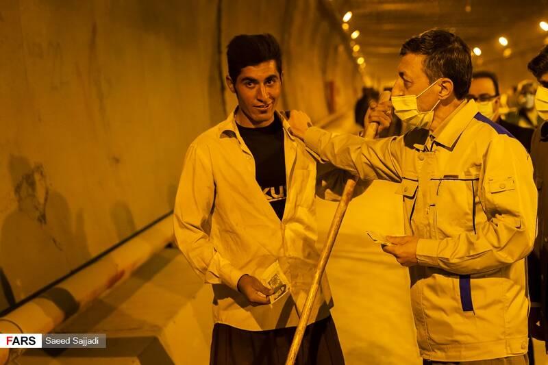 عیدی سیدپرویز فتاح رئیس بنیاد مستضعفان به مهندسان و کارگران پروژه بخش شرقی تونل البرز به مناسبت عید غدیر