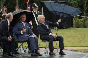 عکس/ چتر هم با نخست وزیر انگلیس کنار نمیآید