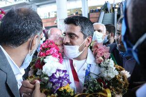 عکس/ جواد فروغی با لباس کادر درمان وارد کشور شد