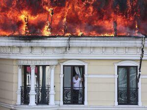 عکس/ آتش گرفتن سقف یک هتل