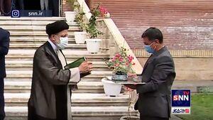 فیلم/ تفال رئیسی به قرآن هنگام ورود به دفتر ریاست جمهوری