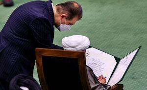 عکس/ آیت الله جنتی در هنگام امضاء سوگندنامه ابراهیم رئیسی