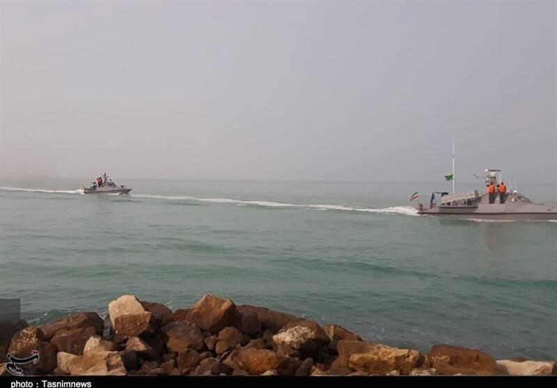 رژه ۱۵۰ فروند شناور نیروی دریایی سپاه در خلیج فارس/ پیام «اقتدار» به دنیا مخابره شد +عکس