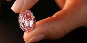هواداران الماس ۲۴ میلیون دلاری را از پیشانی خواننده آمریکایی کندند
