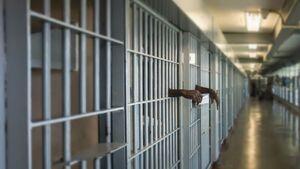 وقتی برای یک پلاکارد ساده فردی را محکوم به زندان میکنند!