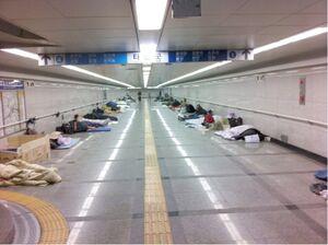 وضعیت عجیب و غریب راهرو مترو سئول +عکس