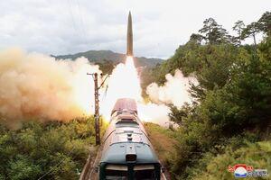 عکس/ شلیک موشکهای کرهشمالی از ریل قطار