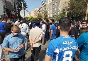تجمع دوباره هواداران استقلال مقابل وزارت ورزش/ حمایت از مجیدی و شعار علیه مدیران + عکس